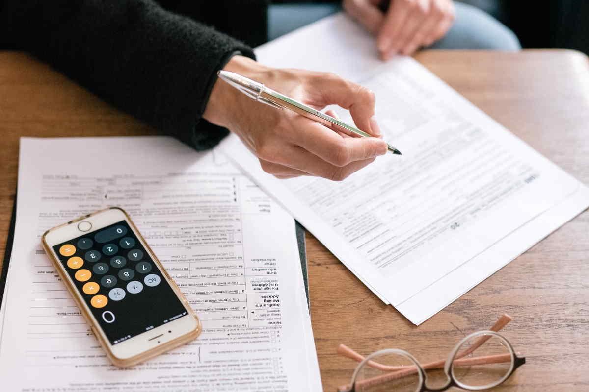 Při exekuci na účet v bance, máte nárok na jednorázový výběr nezabavitelné částky. Nezabavitelné minimum při exekuci na účet, se v průběhu roku 2021, několikrát mění. Od poloviny roku 2021 (od 1. července 2021), by také mělo být možné založení chráněného účtu, na který exekutor nemůže.